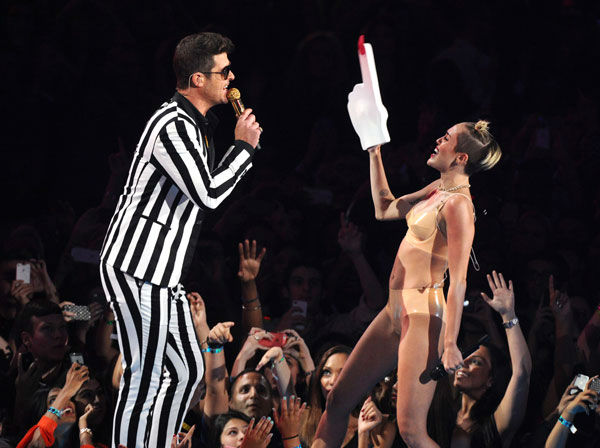 130825-otrc-galleryimg-AP-vma-moment-thicke-cyrus